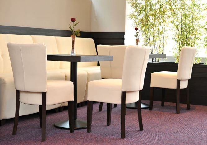 Sedie in legno per ristoranti e bar arredacontract for Sedie imbottite per sala da pranzo